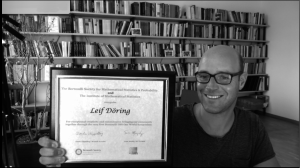 Leif Döring holding plaque